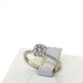 <B>Anello</B> in <b>oro bianco</b> 18 karati con <b>diamante solitario</b> centrale e contorno a fiore punti di carato 32 complessivi, <b>colore</b> G, <b>purezza</b> SI. Montatura a fiore con effetto solitario, gambo piatto e massiccio dove abbiamo incastonato dei luminosi diamanti che donano ancora più splendore al <B>gioiello</B>, larghezza castone 7 mm<BR>Da <b>Reggio Emilia</b> la tua gioielleria a portata di click