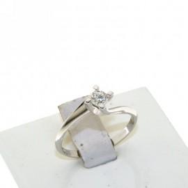 <B>Anello</B> in <b>oro bianco</b> 18 karati con <b>diamante solitario</b> punti di carato 25, <b>colore</b> G, <b>purezza</b> SI. Montatura a quattro punte, con gambo contrariè e massiccio, larghezza castone 5 mm.<BR>Da <b>Reggio Emilia</b> la tua gioielleria a portata di click